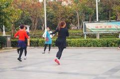 Шэньчжэнь, Китай: женщины танцуют счастливо в квадрате Стоковые Изображения RF