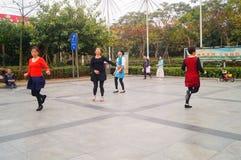Шэньчжэнь, Китай: женщины танцуют счастливо в квадрате Стоковые Изображения