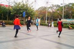 Шэньчжэнь, Китай: женщины танцуют счастливо в квадрате Стоковое Фото