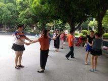 Шэньчжэнь, Китай: женщины танцуют Стоковое Изображение RF