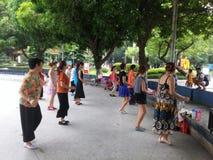 Шэньчжэнь, Китай: женщины танцуют Стоковое Изображение