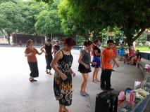 Шэньчжэнь, Китай: женщины танцуют Стоковые Фото