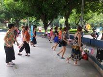 Шэньчжэнь, Китай: женщины танцуют Стоковое Фото