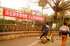 Шэньчжэнь, Китай: знамена рекламы для того чтобы предотвратить онлайн очковтирательство Стоковые Фотографии RF