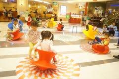 Шэньчжэнь, Китай: игра детей Стоковое Изображение RF