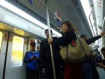 Шэньчжэнь, Китай: ландшафт на ноче, люди движения метро вагона метро Стоковая Фотография