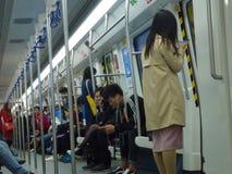 Шэньчжэнь, Китай: ландшафт на ноче, люди движения метро вагона метро Стоковое Изображение
