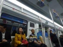 Шэньчжэнь, Китай: ландшафт на ноче, люди движения метро вагона метро Стоковые Фотографии RF
