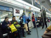 Шэньчжэнь, Китай: ландшафт на ноче, люди движения метро вагона метро Стоковое Фото