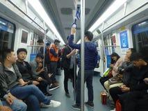 Шэньчжэнь, Китай: ландшафт на ноче, люди движения метро вагона метро Стоковые Фото