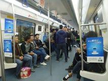 Шэньчжэнь, Китай: ландшафт на ноче, люди движения метро вагона метро Стоковые Изображения