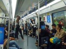 Шэньчжэнь, Китай: ландшафт на ноче, люди движения метро вагона метро Стоковые Изображения RF