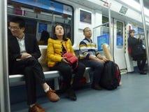 Шэньчжэнь, Китай: ландшафт на ноче, люди движения метро вагона метро Стоковое Изображение RF