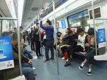 Шэньчжэнь, Китай: ландшафт на ноче, люди движения метро вагона метро Стоковая Фотография RF