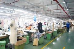 Шэньчжэнь, Китай: мастерская фабрики одежды Стоковое Фото
