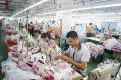 Шэньчжэнь, Китай: мастерская фабрики одежды Стоковая Фотография