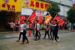 Шэньчжэнь, Китай: молодые люди для того чтобы поднять знамя рекламы интернета, бесплатного интернета публикуемости Стоковое Изображение RF