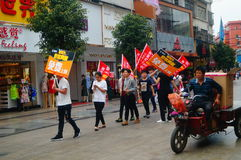 Шэньчжэнь, Китай: молодые люди для того чтобы поднять знамя рекламы интернета, бесплатного интернета публикуемости Стоковое Изображение