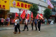 Шэньчжэнь, Китай: молодые люди для того чтобы поднять знамя рекламы интернета, бесплатного интернета публикуемости Стоковые Фото