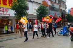 Шэньчжэнь, Китай: молодые люди для того чтобы поднять знамя рекламы интернета, бесплатного интернета публикуемости Стоковая Фотография