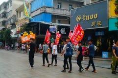 Шэньчжэнь, Китай: молодые люди для того чтобы поднять знамя рекламы интернета, бесплатного интернета публикуемости Стоковая Фотография RF