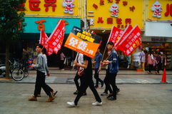 Шэньчжэнь, Китай: молодые люди для того чтобы поднять знамя рекламы интернета, бесплатного интернета публикуемости Стоковые Фотографии RF