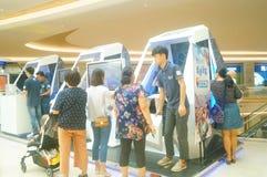 Шэньчжэнь, Китай: мужские и женские вентиляторы ждут для того чтобы наблюдать актрису Myolie Wu d Гонконга Стоковые Фото