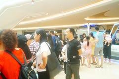 Шэньчжэнь, Китай: мужские и женские вентиляторы ждут для того чтобы наблюдать актрису Myolie Wu d Гонконга Стоковая Фотография