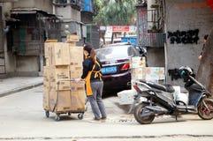 Шэньчжэнь, Китай: нагружать и разгржать товаров Стоковое фото RF