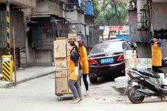 Шэньчжэнь, Китай: нагружать и разгржать товаров Стоковое Изображение RF