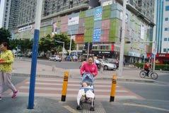 Шэньчжэнь, Китай: нажатие детской дорожной коляски Стоковые Фото