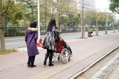 Шэньчжэнь, Китай: нажатие пожилых людей кресло-коляскы связанных Стоковые Изображения
