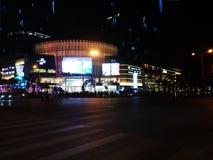 Шэньчжэнь, Китай: ноча, ландшафт пересечения движения Baoan центральный Стоковые Фотографии RF