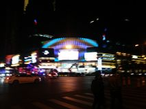 Шэньчжэнь, Китай: ноча, ландшафт пересечения движения Baoan центральный Стоковое Фото
