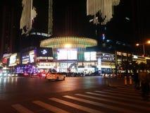 Шэньчжэнь, Китай: ноча, ландшафт пересечения движения Baoan центральный Стоковое Изображение
