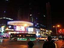 Шэньчжэнь, Китай: ноча, ландшафт пересечения движения Baoan центральный Стоковая Фотография