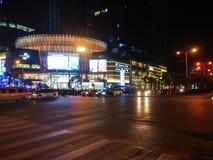 Шэньчжэнь, Китай: ноча, ландшафт пересечения движения Baoan центральный Стоковое Изображение RF