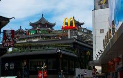 Шэньчжэнь, Китай - 16-ое июля 2018: McDonalds и KFC в улица людей Китае, Дуне пешеходная в старом Шэньчжэне стоковые изображения rf
