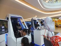 Шэньчжэнь, Китай: опыт виртуальной реальности, женщины счастлив участвовать Стоковое Фото