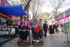Шэньчжэнь, Китай: сидите кресло-коляска для пожилых женщин Стоковые Изображения
