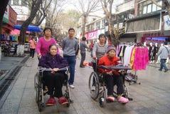 Шэньчжэнь, Китай: сидите кресло-коляска для пожилых женщин Стоковое Изображение RF