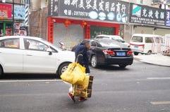 Шэньчжэнь, Китай: собирать женщин утиля более старых Стоковые Изображения