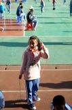 Шэньчжэнь, Китай: Студенты прыгая игра Стоковая Фотография