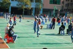 Шэньчжэнь, Китай: Студенты прыгая игра Стоковое Изображение RF
