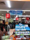 Шэньчжэнь, Китай: супермаркет ходя по магазинам вполне юаней RMB 60, с бумажником UnionPay может получить 30 скидку юаней RMB Стоковое Изображение RF