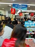 Шэньчжэнь, Китай: супермаркет ходя по магазинам вполне юаней RMB 60, с бумажником UnionPay может получить 30 скидку юаней RMB Стоковая Фотография