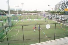 Шэньчжэнь, Китай: Футбол детей в тренировке Стоковое Фото