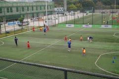Шэньчжэнь, Китай: Футбол детей в тренировке Стоковое Изображение