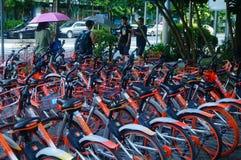 Шэньчжэнь, Китай: mobike припарковано на улице стоковые фото