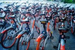 Шэньчжэнь, Китай: mobike припарковано на улице стоковые изображения